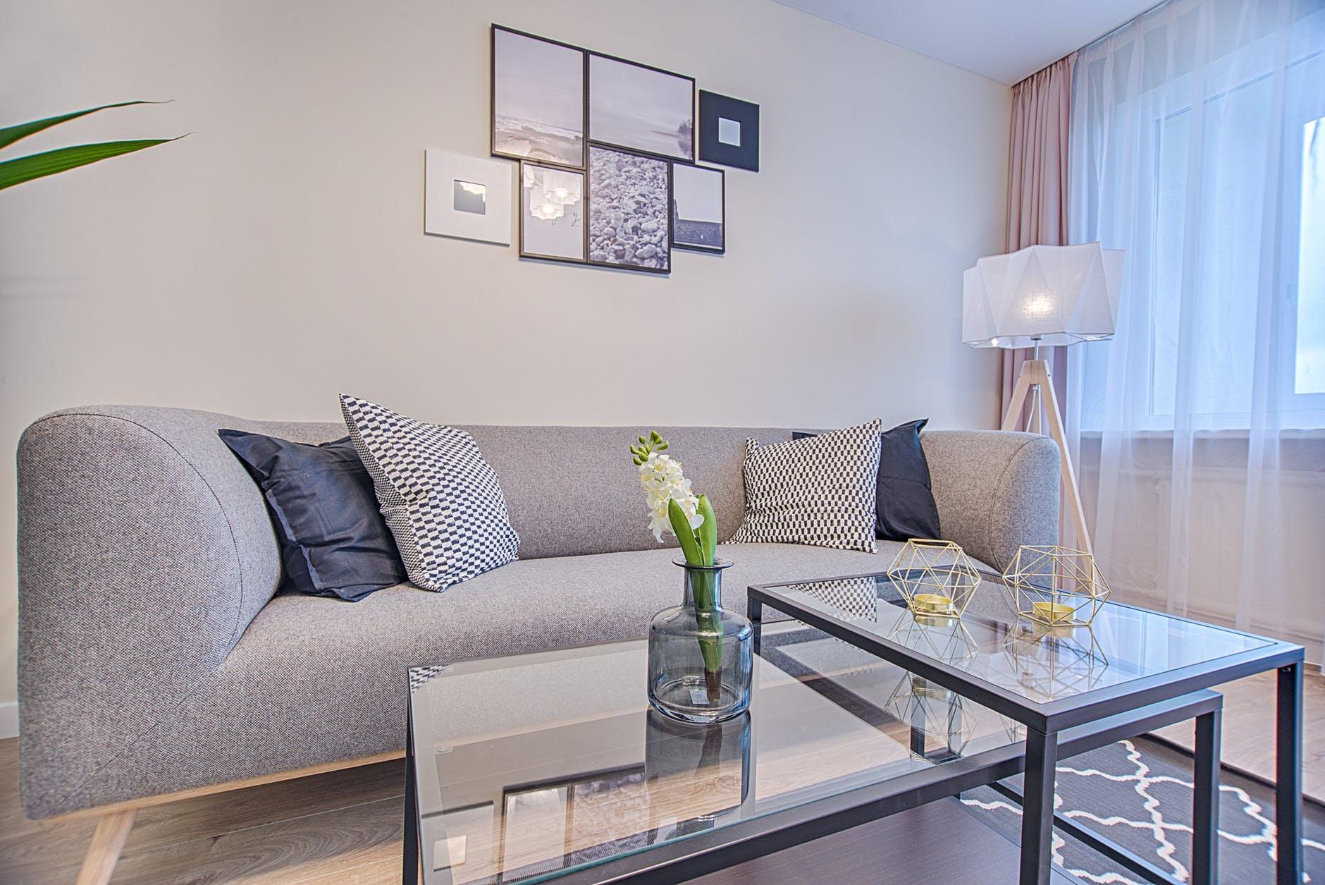 Sofa rozkładana w salonie, jaką wybrać?